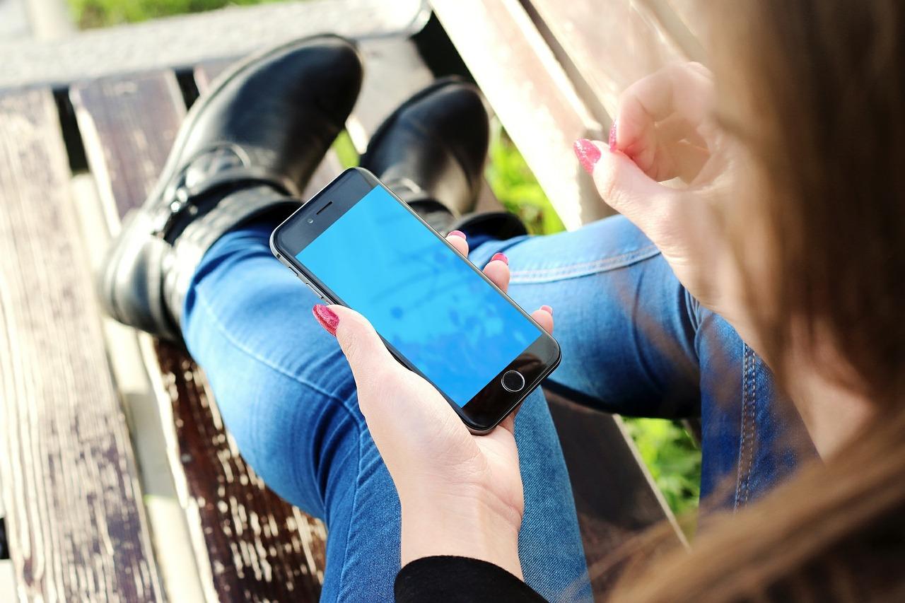 Kupujemy nowy telefon – w co powinniśmy się jeszcze zaopatrzyć?
