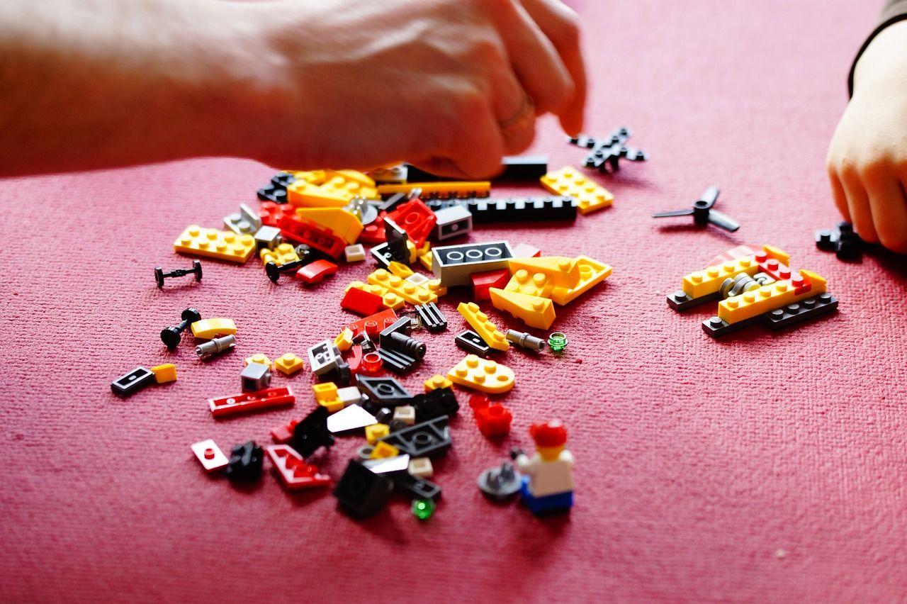 Zabawki, które uczą dzieci w każdym wieku