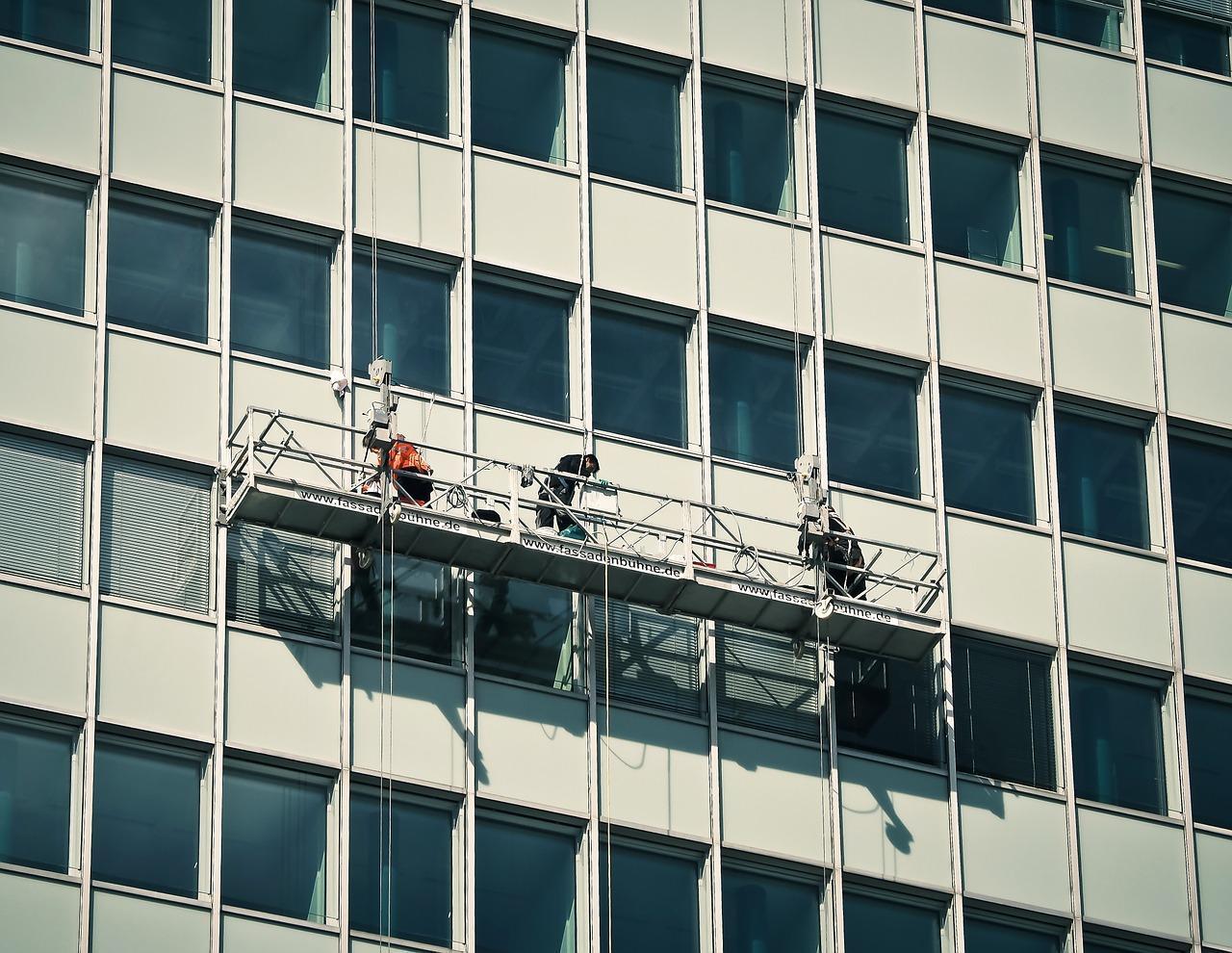 Jak się myje okna biurowców?