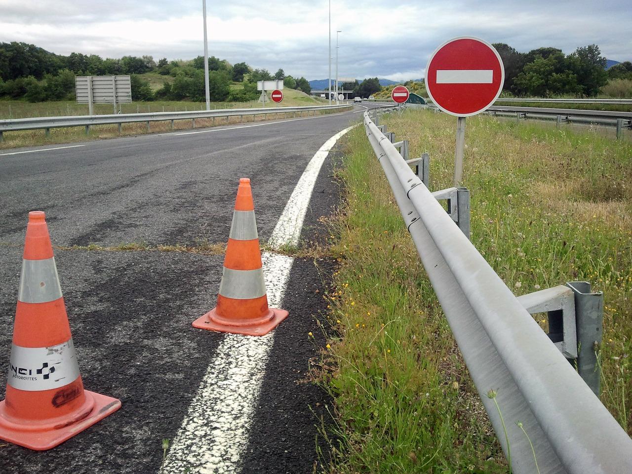 Dzięki jakim rozwiązaniom, kierowcy mogą bezpieczniej jeździć na drogach?