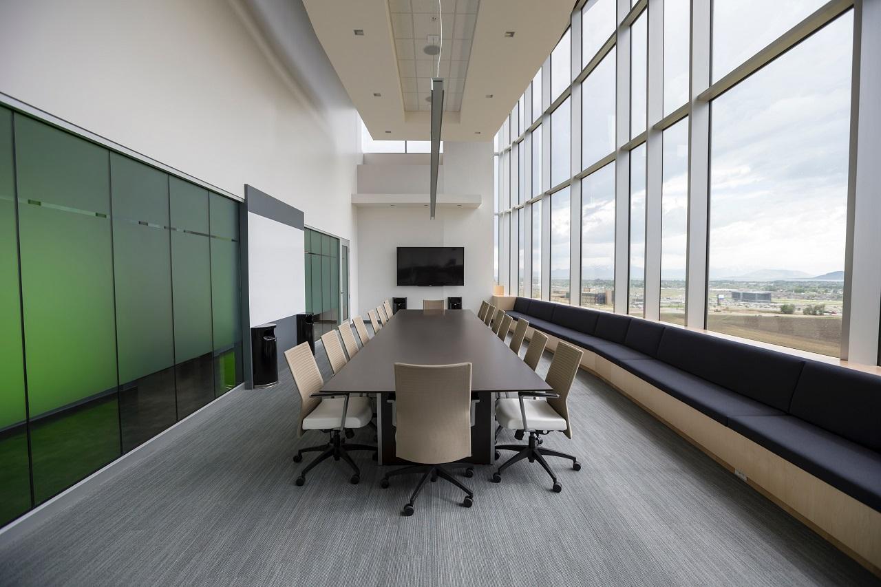 Jak urządzić firmowy meeting room?