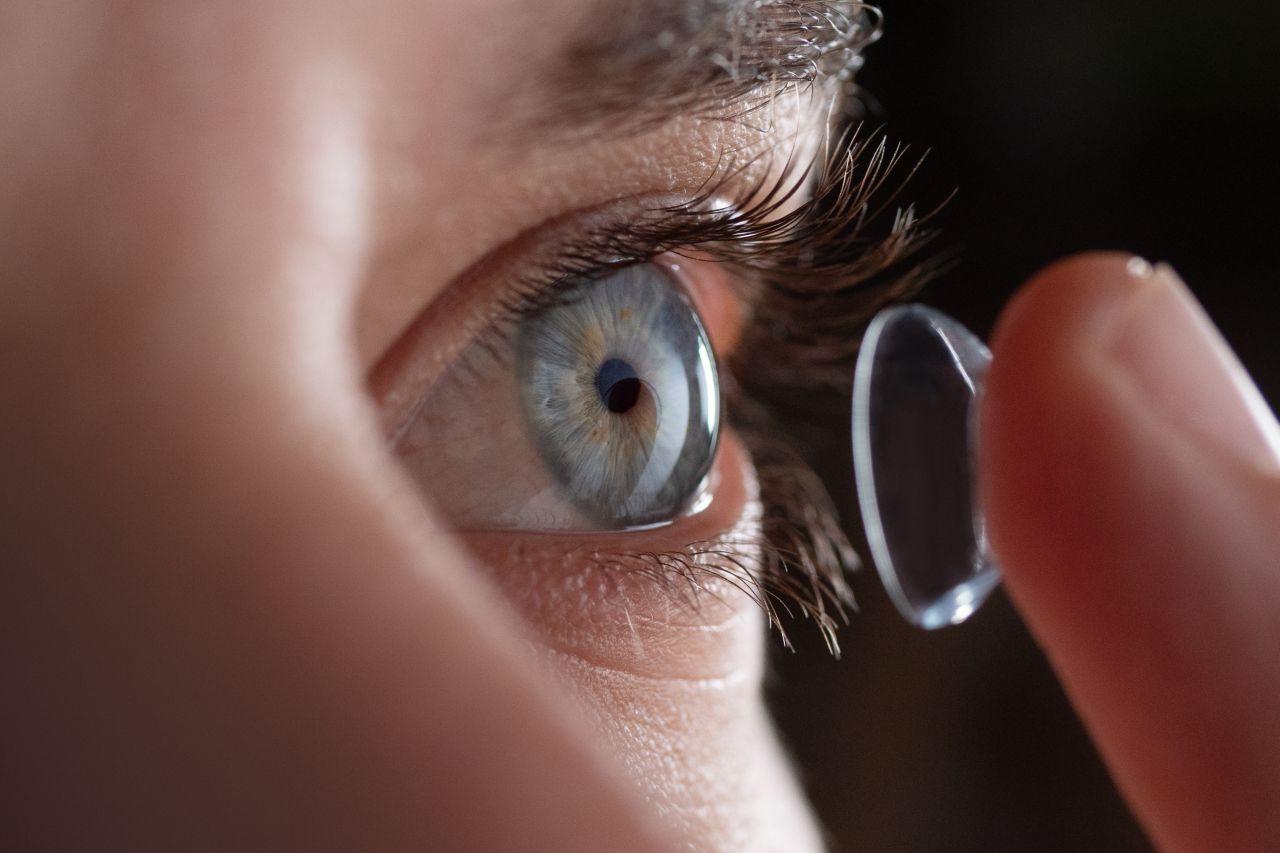 Okulary, czy soczewki – jak dokonać wyboru?