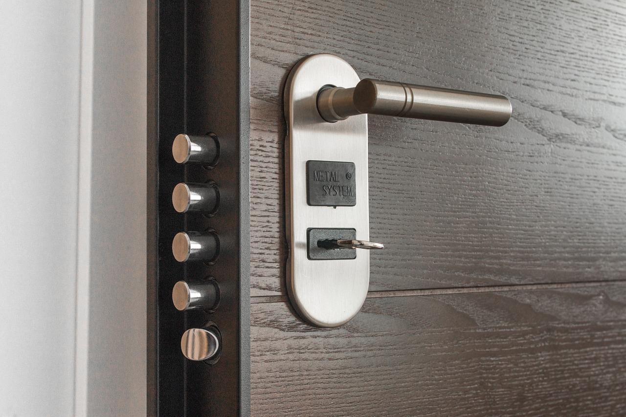 Jak samodzielnie zamontować drzwi?