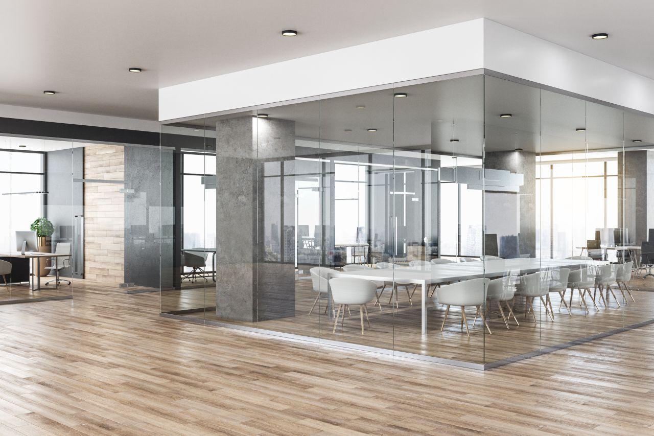 Organizacja miejsc pracowniczych w biurze – jakie kwestie warto wziąć pod uwagę