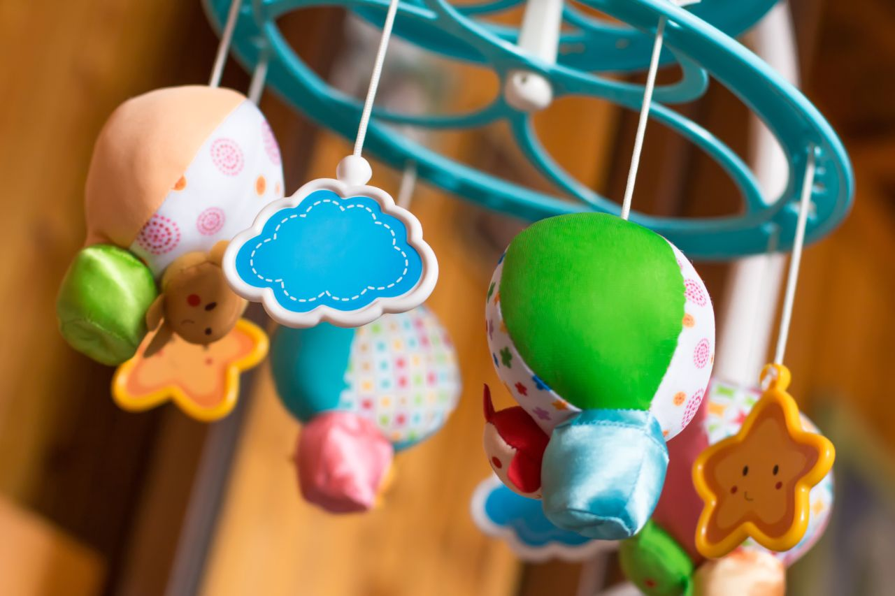 Karuzela nad łóżeczko – w jaki sposób może wspomóc rozwój dziecka?