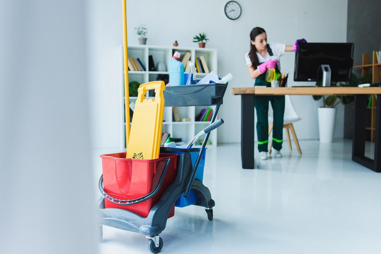 Na co zwracać uwagę, szukając firmy sprzątającej?