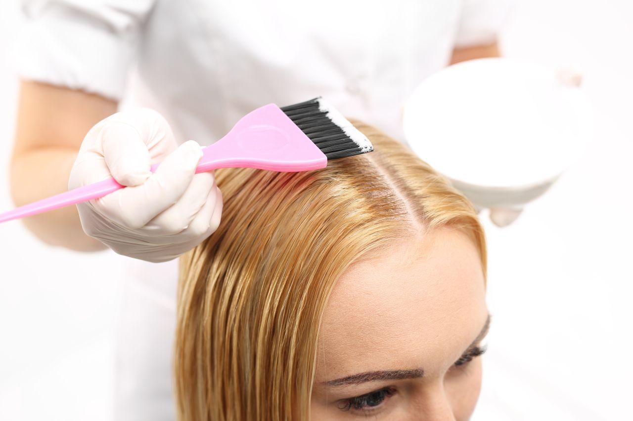 Bezpieczne farbowanie włosów – czy to możliwe?