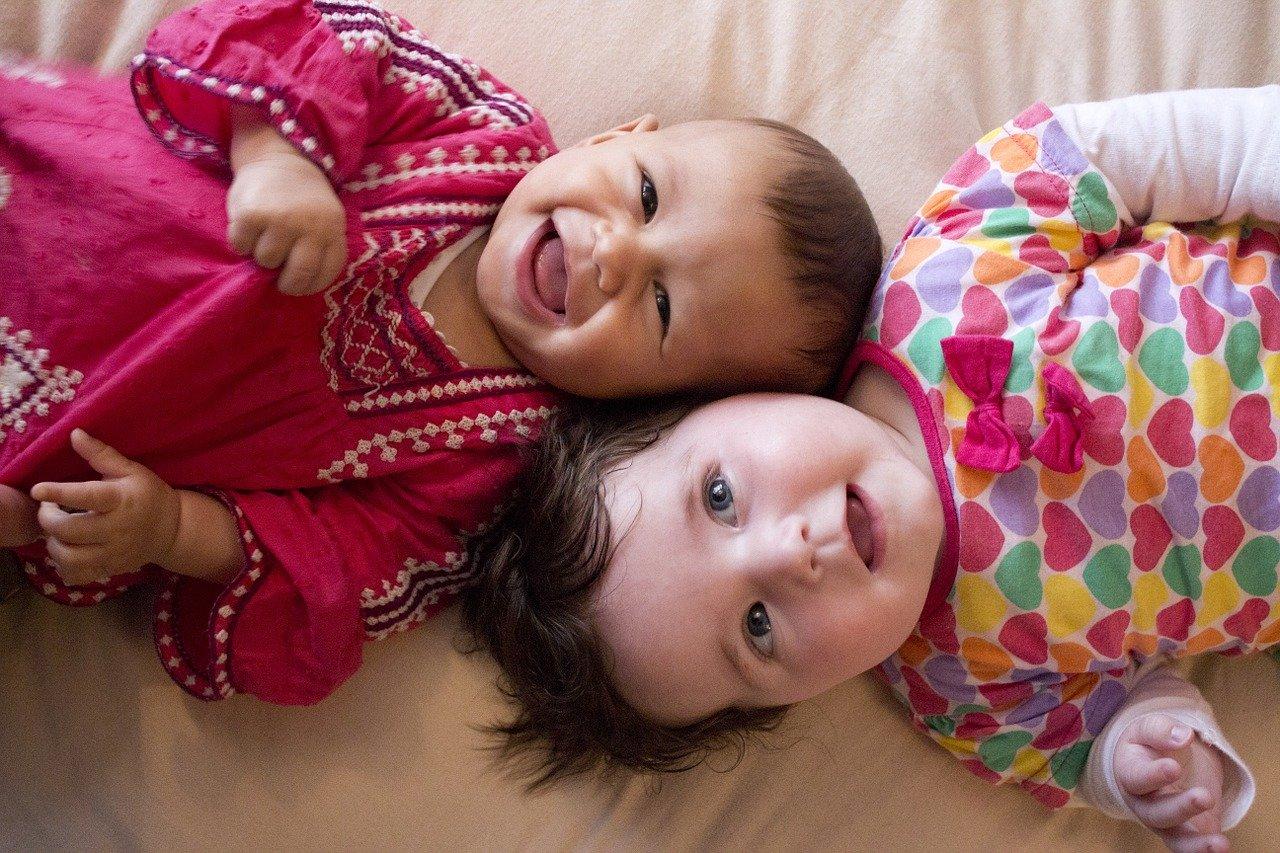Jakie kwestie są istotne przy wyborze odzieży dla niemowląt?