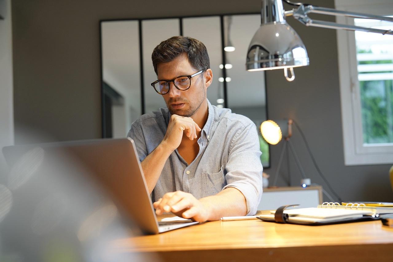 Na co zwrócić uwagę wybierając lampy biurowe?