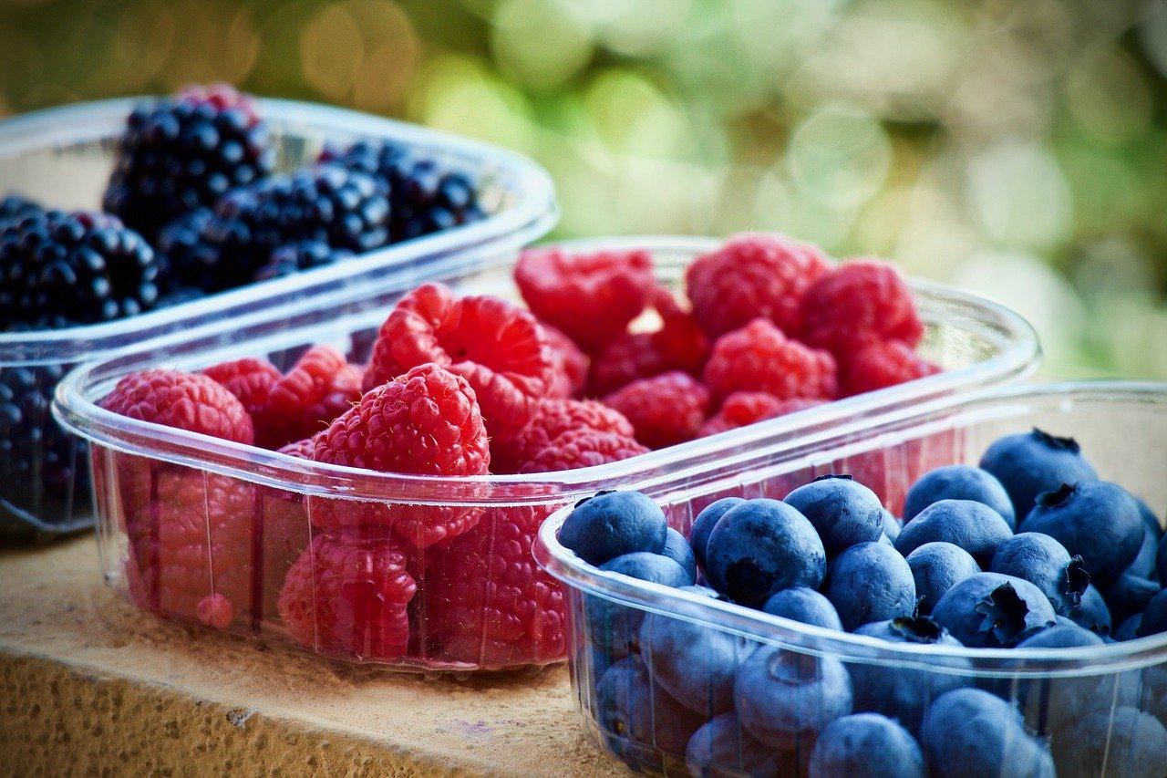 W jakich przypadkach lepiej wykorzystać mrożonych niż świeżych owoców?