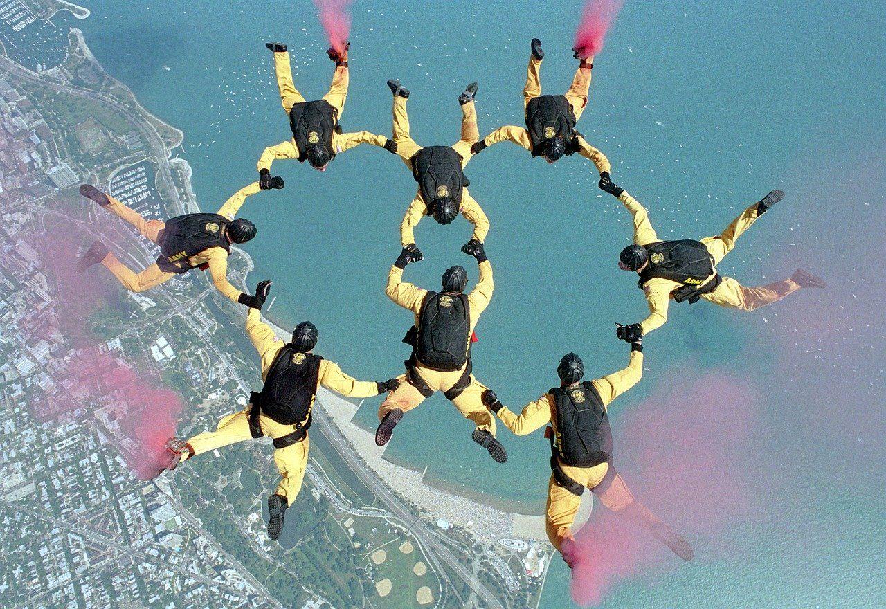 Co należy zrobić, aby zostać profesjonalnym skoczkiem spadochronowym?