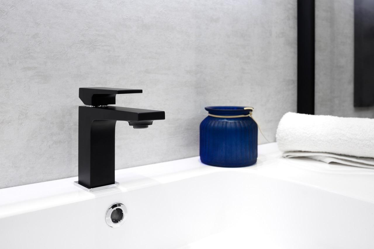 Jak wygląda wymiana baterii umywalkowej – krok po kroku