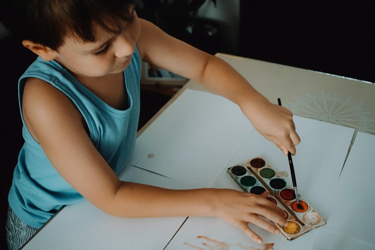 Kiedy zapisać dziecko na zajęcia plastyczne i jakie wybrać?