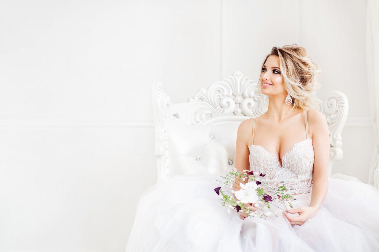 Wygodnie i z klasą – co powinna założyć panna młoda na ceremonię ślubną?
