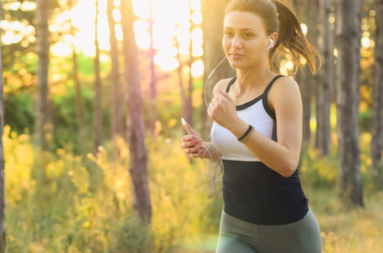 Jakie właściwości i parametry uwzględnić, wybierając odzież przeznaczoną do biegania?